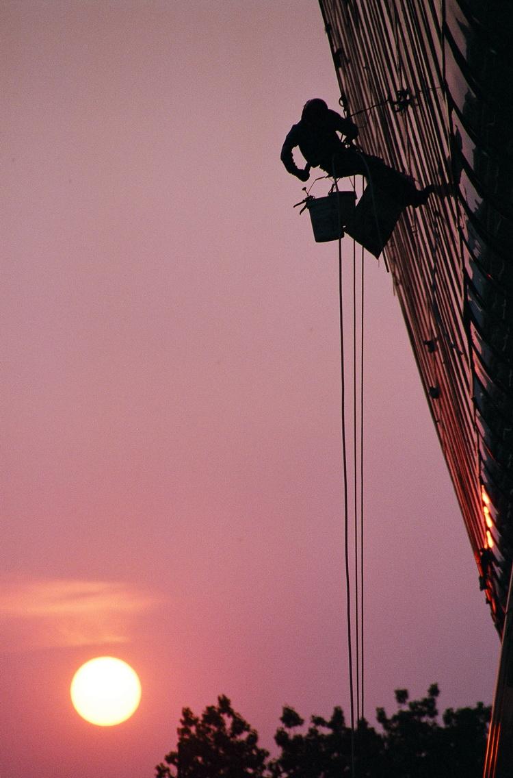 Мытьё окон на закате