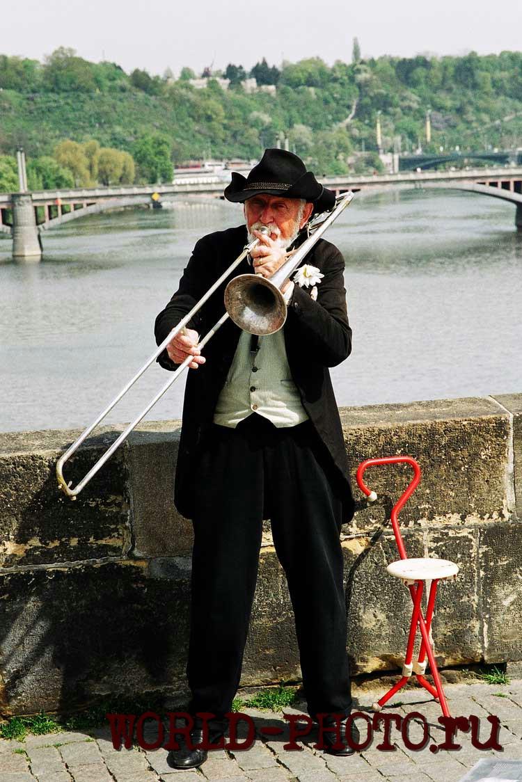Уличный музыкант в Праге.