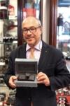 Председатель Leica Андреас Кауфман держит самую дорогую камеру в мире.